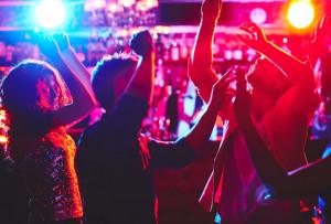 Vendeva documenti falsi ai minorenni per farli entrare in discoteca e bere alcolici