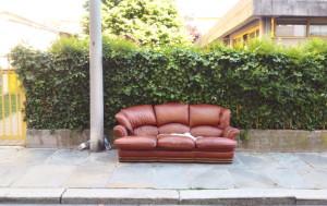 Stanco dopo una passeggiata? Sul marciapiede in via Bassignano spunta un divano