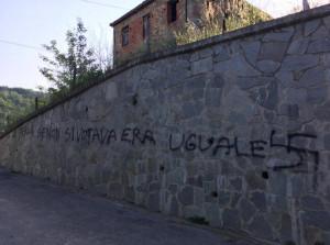 A Perlo muro imbrattato con tanto di svastica: 'Se non si votava era uguale'