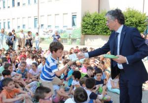 Alba: premiati gli alunni che ogni giorno vanno a scuola in 'Piedibus'