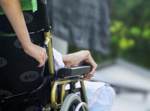Badante ruba assegni da migliaia di euro all'anziana che stava assistendo