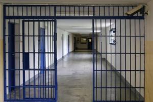 Caos nel carcere di Cuneo: detenuto devasta tre celle, appicca il fuoco e aggredisce i poliziotti