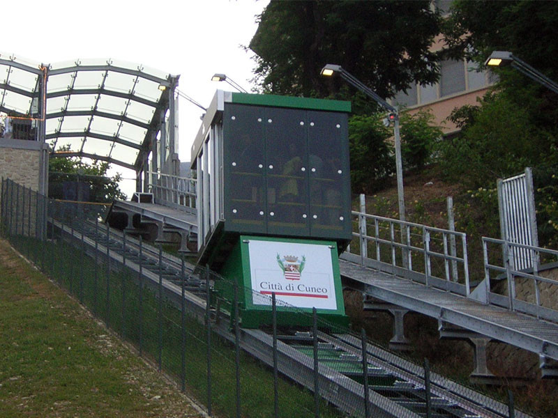 Cuneo, nei weekend dell'Illuminata orari prolungati per l'ascensore inclinato