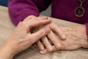 Mondovì, 50mila euro alla badante: i familiari dell'anziana la denunciano