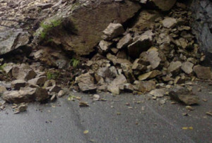 Frana al bivio per Prato Nevoso, strada bloccata