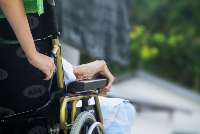 Un giubbotto rubato nella carrozzella dell'anziana che assisteva: a processo una badante
