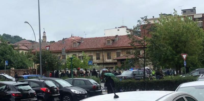 Momenti di tensione nel centro di Saluzzo: gli stagionali della frutta manifestano chiedendo un riparo