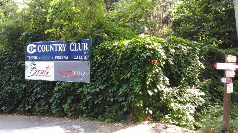 Il corpo senza vita di una donna rinvenuto nella piscina del Country Club