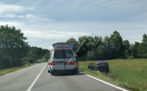 Auto esce di strada sulla provinciale tra Cuneo e Mondovì