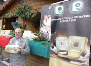 La Raschera dop ospita la Fontina dop: delegazione valdostana in visita agli alpeggi di Frabosa Soprana