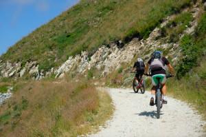 In bici sulla via militare settecentesca sullo spartiacque tra le valli Maira e Varaita (VIDEO)