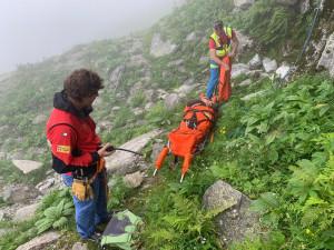 Cade durante una salita a Punta Ostanetta, salvato dal Soccorso Alpino