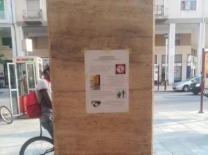 Inviti a rispettare le regole di convivenza civica in quattro lingue tra corso Giolitti e il piazzale della Stazione