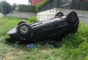 Auto si ribalta a Fossano: lievemente feriti i passeggeri