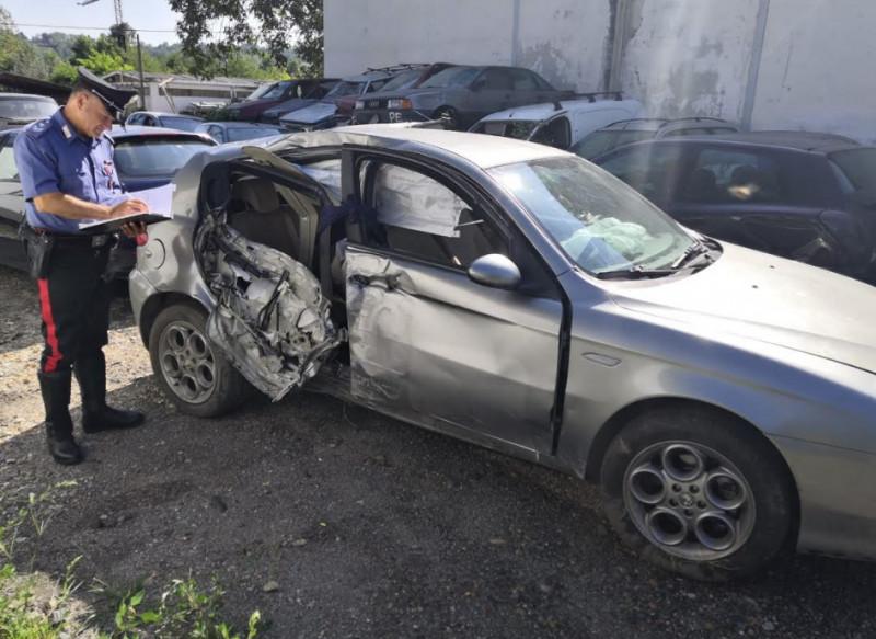 A bordo di un'auto di proprietà di un albese fugge all'alt dei Carabinieri e va a sbattere contro un palo