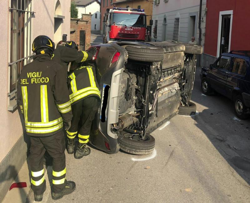 Boves, auto si ribalta dopo uno scontro con un altro veicolo