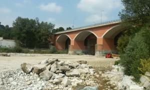 Le alluvioni hanno eroso le fondamenta del ponte sul Gesso: la Provincia interviene