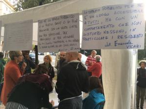 Corso Giolitti: cittadini a confronto con chi passa la giornata in strada