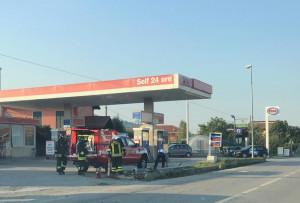 Incidente a Busca, un'auto sbanda e finisce contro un palo
