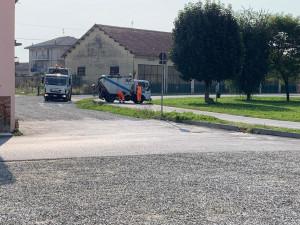Mezzo della raccolta rifiuti perde il serbatoio dell'olio sulla pista d'atletica della Podistica Buschese