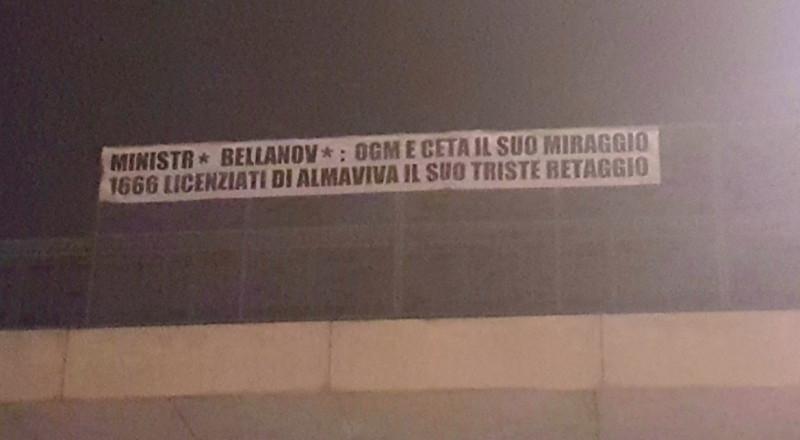 Uno striscione contesta il ministro Teresa Bellanova, a Bra per l'inaugurazione di Cheese