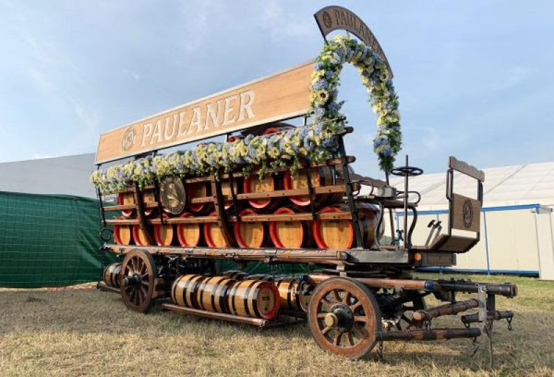 Alla parata inaugurale dell'Oktoberfest di Cuneo lo stesso carro usato a Monaco di Baviera nel lontano 1908