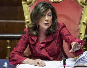 In Senato Taricco mima il gesto dell'inciucio e si becca del 'maleducato' dalla Casellati