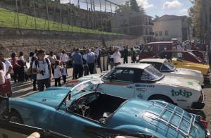 Cinquanta equipaggi su auto d'epoca a Monforte d'Alba per 'Ruote nella Storia'