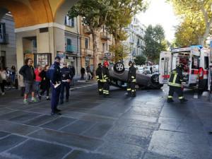Cuneo, un'auto si ribalta sotto i portici di piazza Galimberti