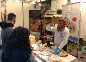 Assaggi di Bra, Raschera e Crudo di Cuneo a ruba durante la Fiera del Marrone