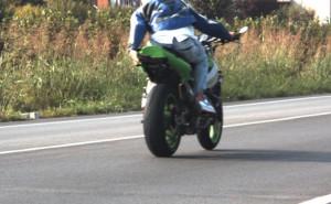 Viaggia in moto ai 180 all'ora e copre la targa con la mano davanti all'autovelox: denunciato
