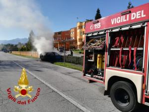 Auto in fiamme davanti all'hotel 'La Ruota' di Pianfei: due intossicati