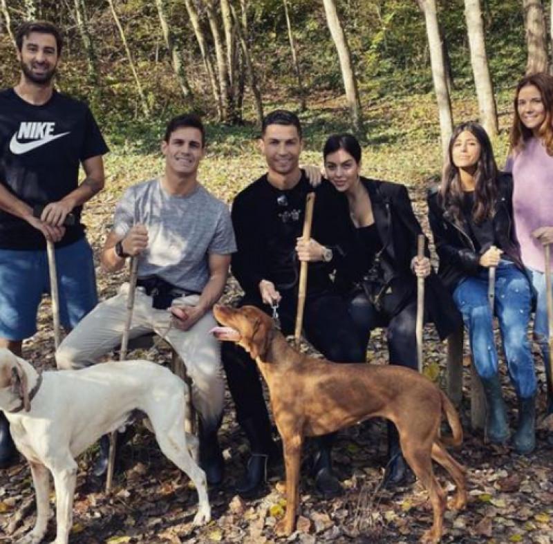 Cristiano Ronaldo va a trifole in Langa con Georgina e gli amici