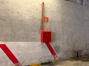 Cuneo, vandali danneggiano a calci un impianto antincendio