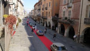 Sfilata di auto d'epoca in via Roma per i 55 anni di Armando Citroen