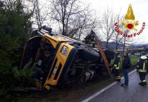 Camion che trasportava un carico d'acqua si ribalta a Rifreddo