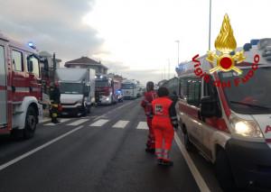Santa Vittoria d'Alba, scontro tra un furgone e un'auto: tre feriti