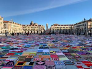 Oltre 14 mila coperte hanno riempito piazza Galimberti per dire NO alla violenza sulle donne