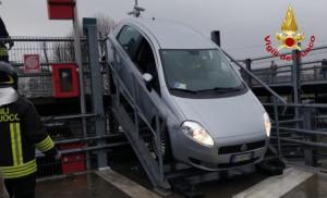 Alba, finisce con l'auto giù dalle scale: intervengono i Vigili del Fuoco
