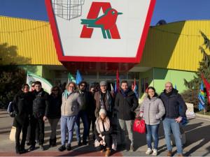 Stamane il presidio dei sindacati davanti all'Auchan: c'è timore per il destino dei lavoratori