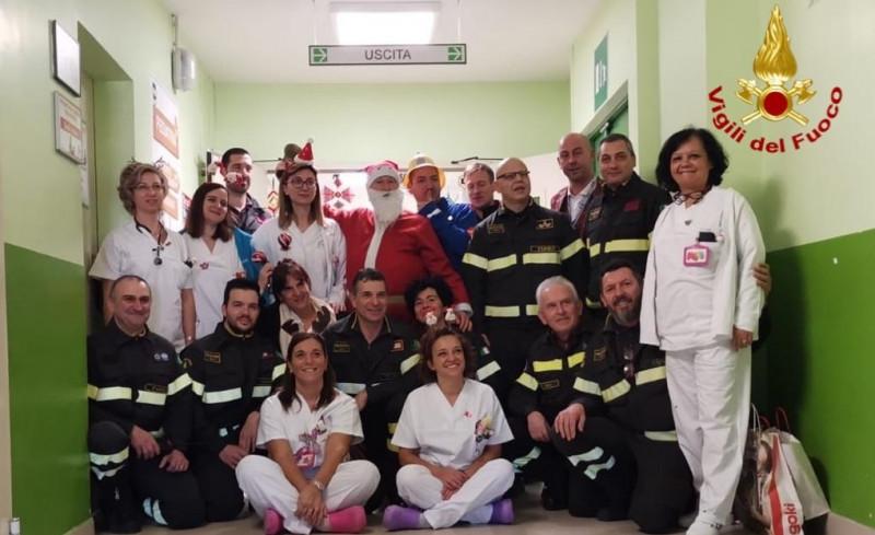 Pompieri in pediatria: il Natale dei Vigili del Fuoco all'ospedale Santa Croce