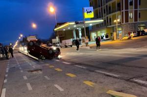 Incidente a Busca, un'auto si ribalta a bordo strada: due feriti