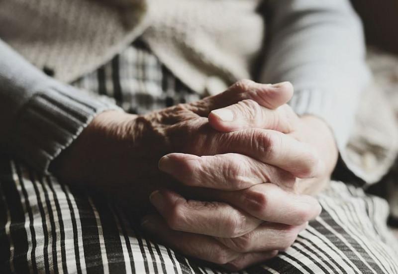 Mise un giubbotto non pagato nella carrozzella dell'anziana che assisteva: per il giudice non è punibile