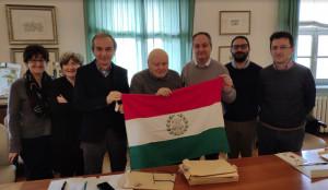 Bra, donata all'Amministrazione la bandiera 'mamma' di quella italiana