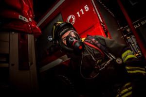 Pompieri in azione a Pianfei per domare l'incendio di un tetto