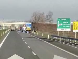 Auto si ribalta sulla Torino-Savona all'altezza di Marene