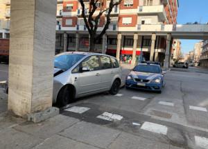 Con l'auto contro un pilastro dei portici in corso Giolitti
