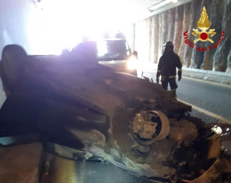 Un'auto si ribalta sulla tangenziale di Fossano, grave il conducente