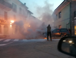 Auto in fiamme in via San Sebastiano a Genola, sul posto i Vigili del Fuoco