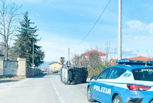 Madonna dell'Olmo, automobile ribaltata su un fianco in via della Battaglia